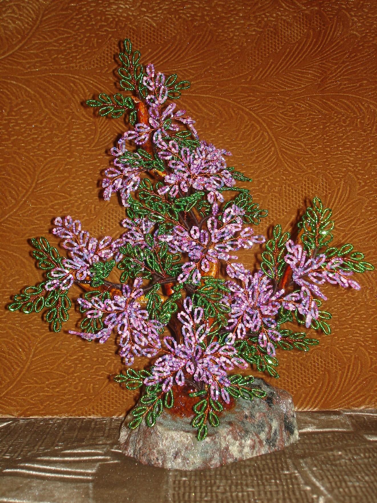 Флористические мотивы - излюбленная тема мастериц плетения изделий из бисера.  Деревья и цветы из бисера - изящные...